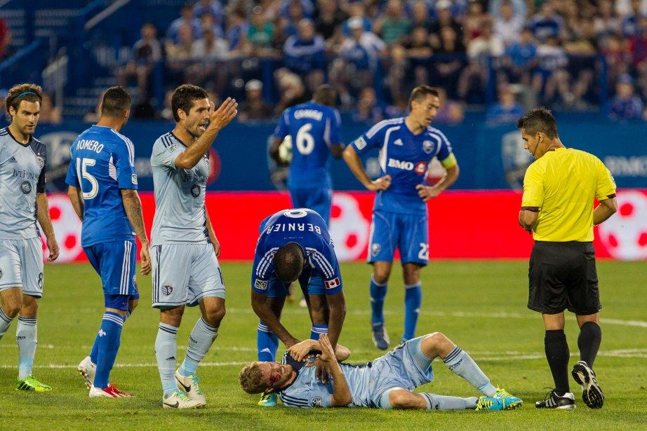 Oriol Rosell est étendu au sol après avoir été touché au dessus de l'oeil droit par Patrice Bernier (8). | 27 juillet 2013