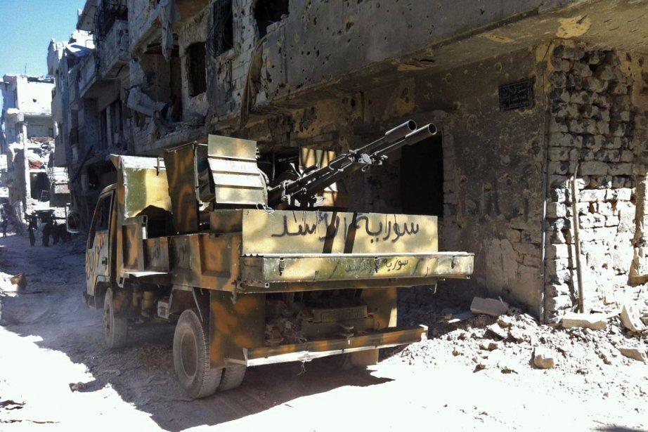 Un char d'assaut orné de l'inscription «Armée d'Assad»... (PHOTO AFP)