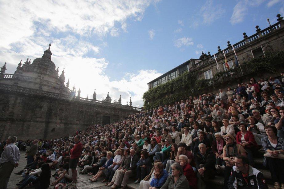 Des centaines de fidèles ont suivi la cérémonie... (PHOTO MIGUEL VIDAL, REUTERS)