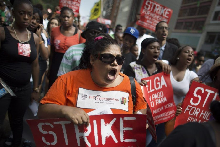 Les grévistes réclament l'introduction d'un salaire minimum de... (PHOTO JOHN MINCHILLO, AP)
