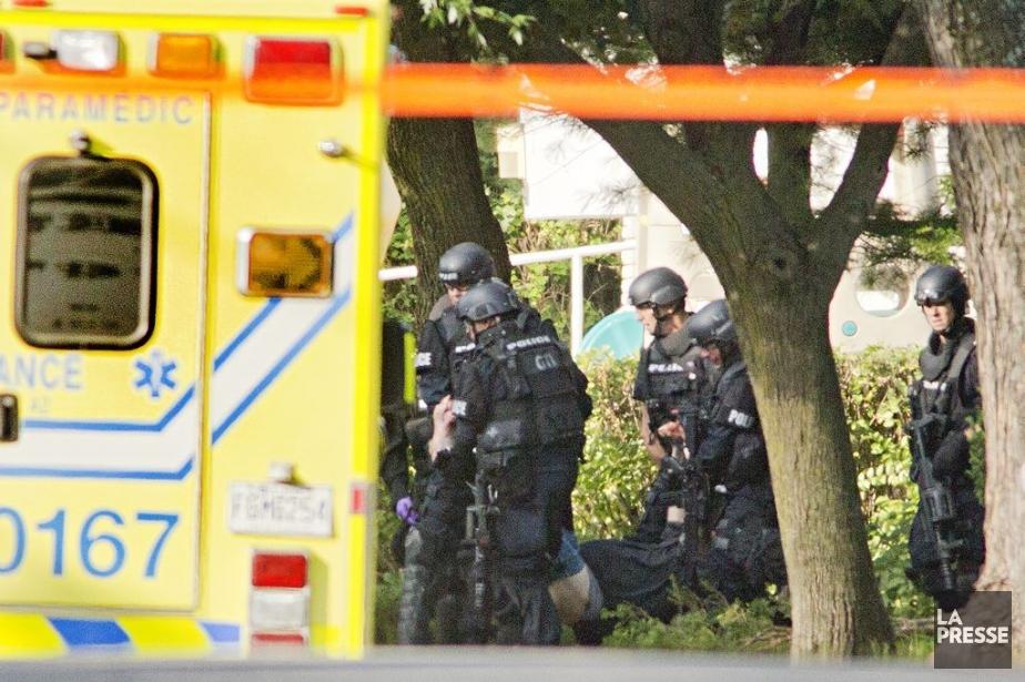PHOTO DAVID BOILY, LA PRESSE ---Les policiers sortent...