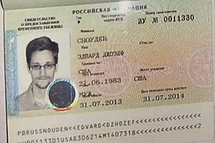 Le permis autorisant Snowden à franchir la frontière... (Photo Associated Press)