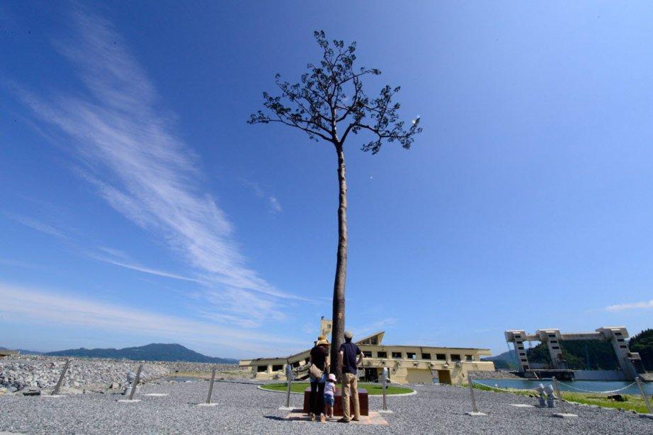 À Rikuzentakata, les «touristes» viennent à «Tsunamiland» avant... (PHOTO TORU YAMANAKA, AFP)
