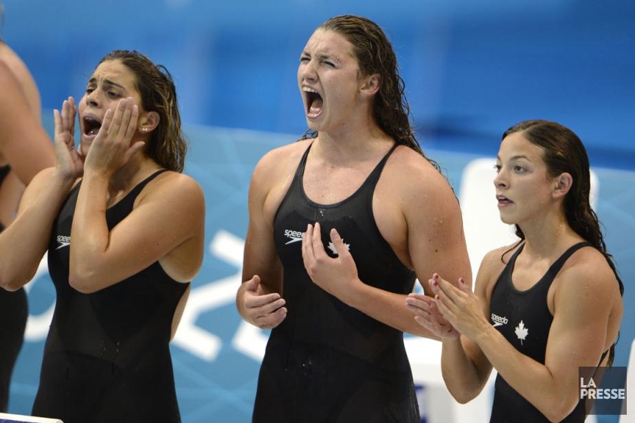 Trois des nageuses canadiennes encouragent leur coéquipière.... (PHOTO BERNARD BRAULT,  LA PRESSE)