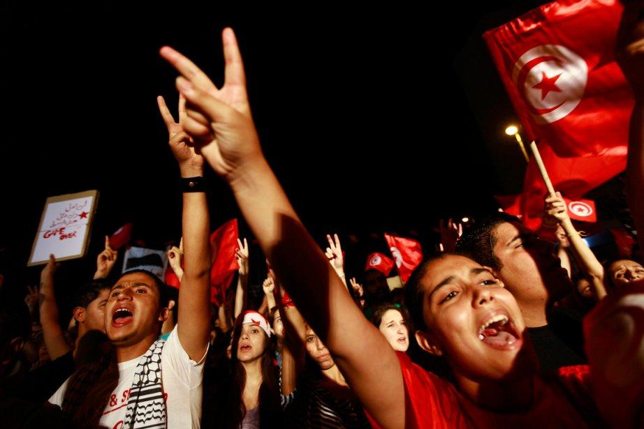 Les opposants étaient plusieurs milliers rassemblés devant l'Assemblée... (PHOTO ANIS MILI, REUTERS)