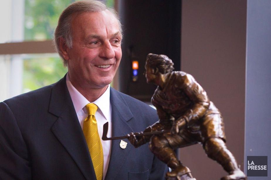Guy Lafleur avec une maquette de la statue... (Photo : André Pichette, archives La Presse)