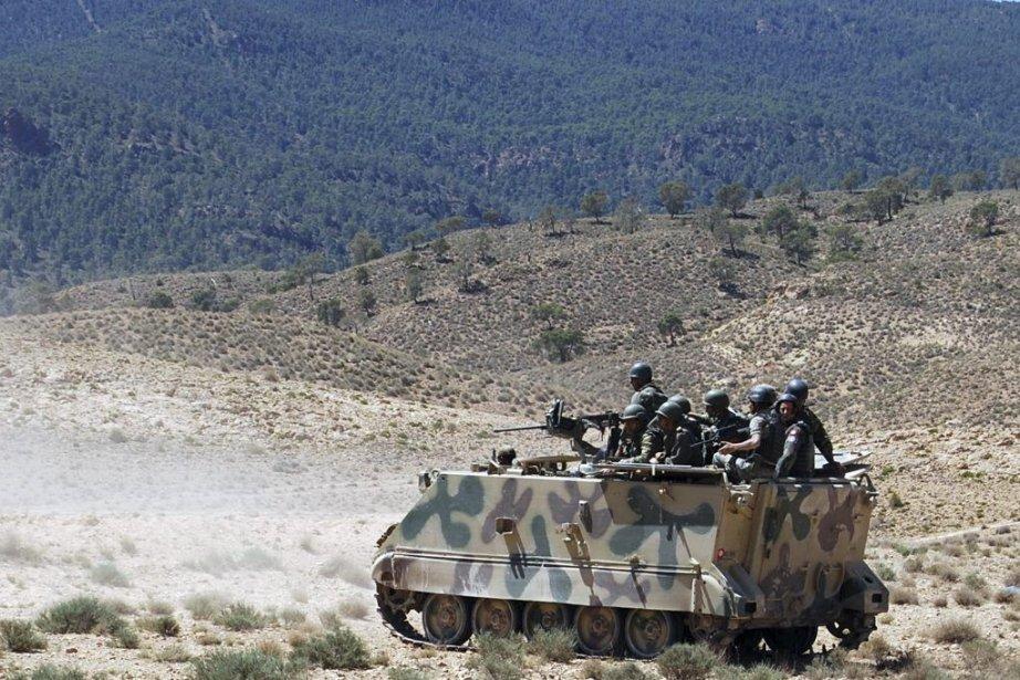 Des soldats tunisiens patrouillent dans la région du... (PHOTO ABDERRAZEK KHLIFI, AFP)
