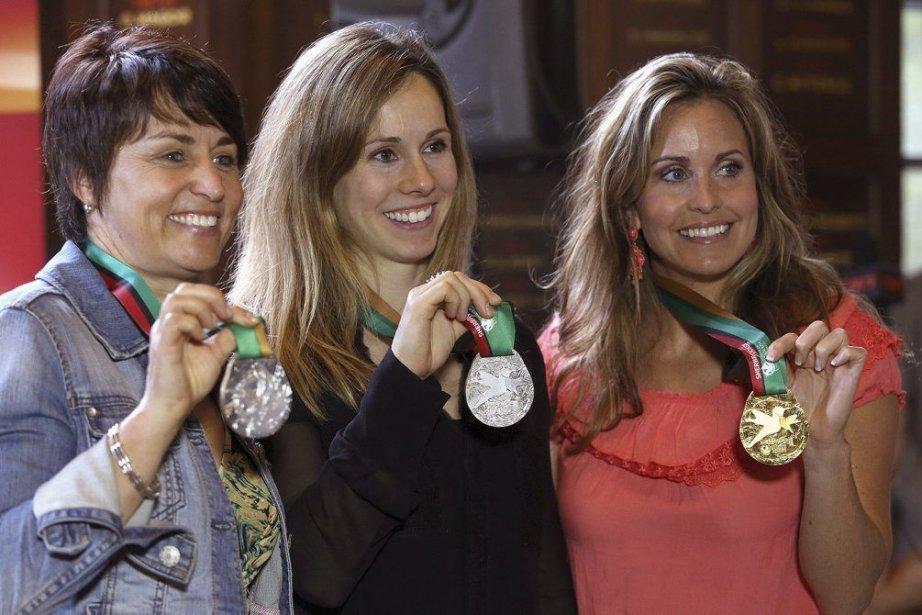 Sylvie Bernier, Jennifer Heil et Annie Pelletier tenant... (Photo fournie par les Jeux du Canada)