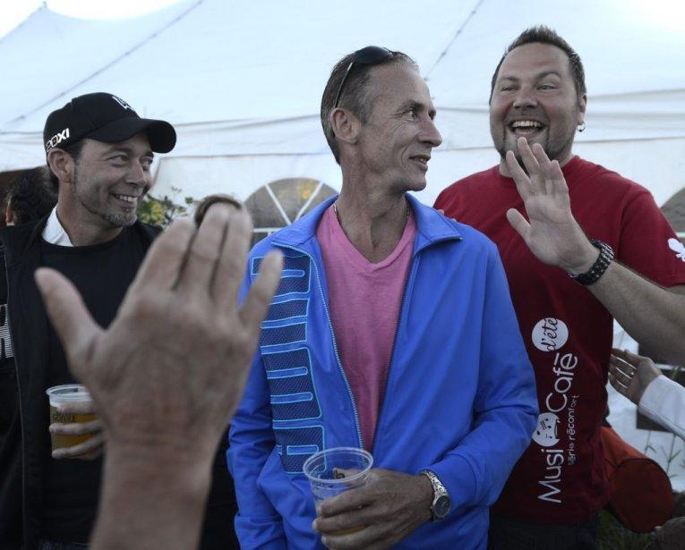 Le propriétaire du Musi-Café, Yannick Gagné (à droite), était heureux de retrouver ses clients. | 3 août 2013