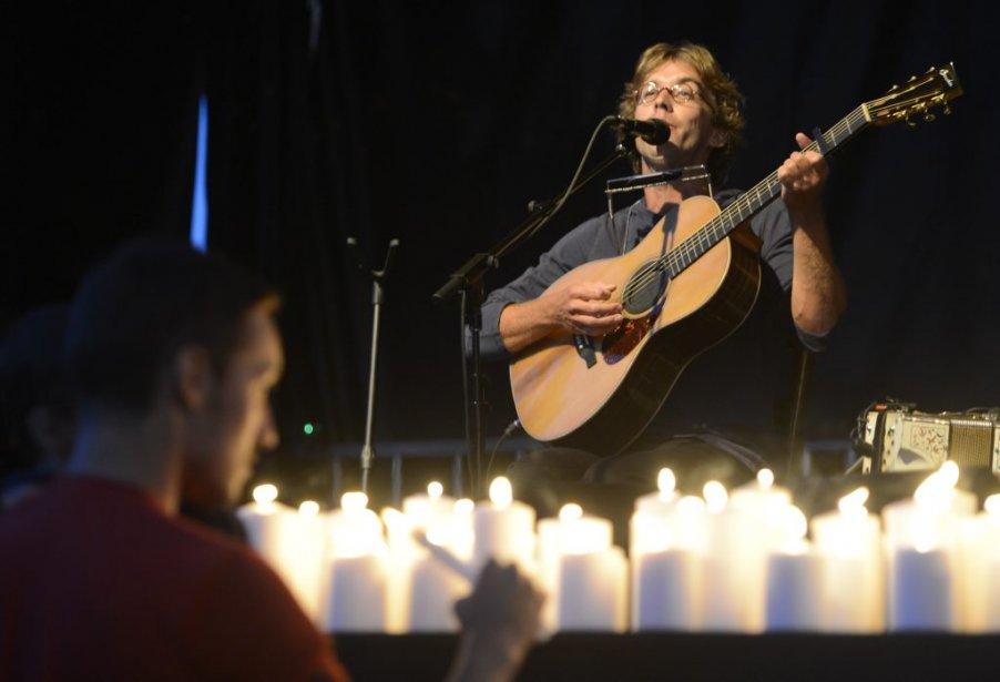 Fred Pellerin a été le premier artiste invité par l'établissement. 47 lampions ont été allumés en l'honneur des 47 victimes. | 3 août 2013