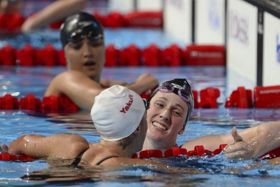Missy Franklin (à droite) célèbre sa victoire au... (PHOTO LLUIS GENE, AFP)