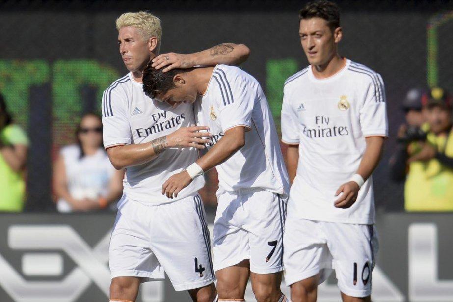 Cristiano Ronaldo (7) est félicité par ses coéquipiers... (PHOTO ROBYN BECK, AFP)