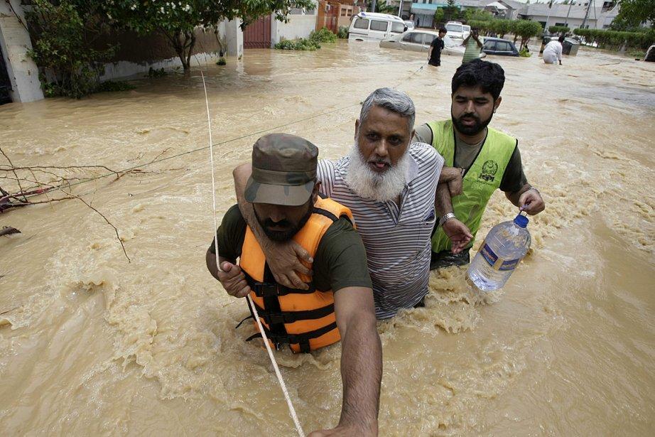 Des soldats aident des résidants à évacuer leur... (PHOTO Fareed Khan, ASSOCIATED PRESS)