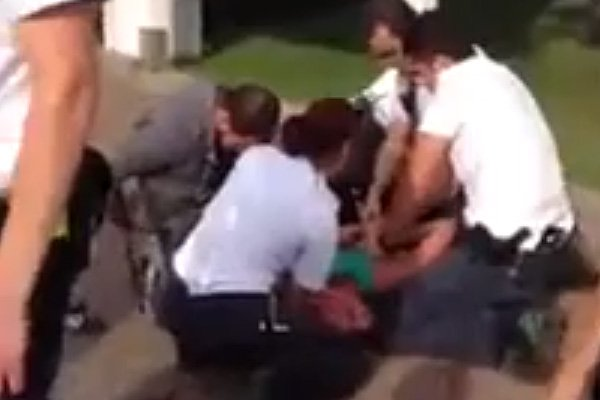 Capture d'écran de la vidéo de l'arrestation sur... (PHOTO YOUTUBE)