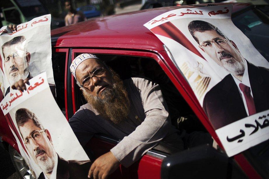 Un Égyptien manifeste son appui au président destitué... (PHOTO Manu Brabo ASSOCIATED PRESS)