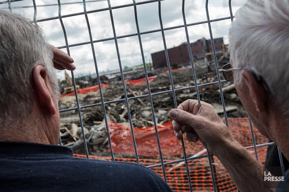 Des citoyens observent le centre-ville de Lac-Mégantic dévasté... (Photo Édouard Plante-Fréchette, La Presse)