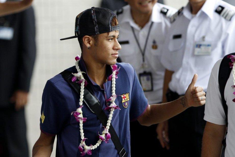 Neymar à son arrivé à Bangkok lundi.... (PHOTO CHAIWAT SUBPRASOM, REUTERS)