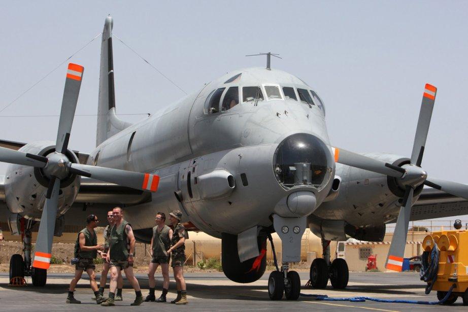Une équipe de maintenance près d'un avion de... (Photo Rebecca Blackwell, AP)
