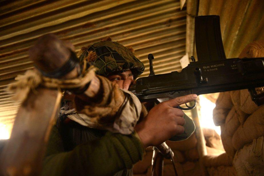 Un soldat pakistanais surveille la frontière avec l'Inde.... (Photo Tauseef Mustafa, Agence France-Presse)