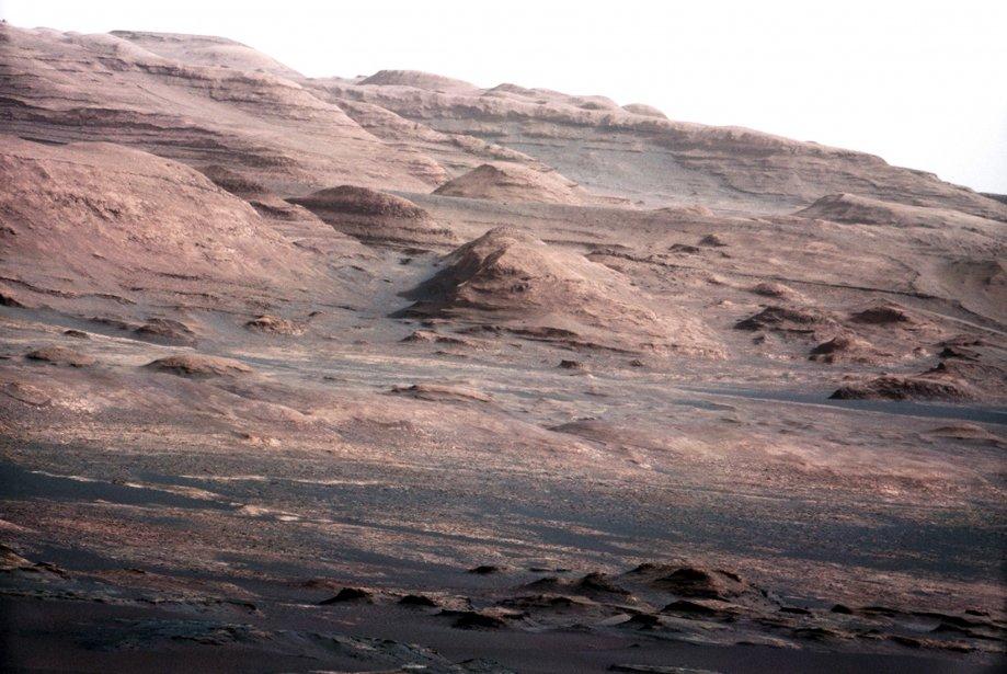 Ces dernières semaines, le robot a repris la route vers le mont Sharp, distant de huit kilomètres et principal cible d'exploration de la mission. (Photo fournie par la NASA)