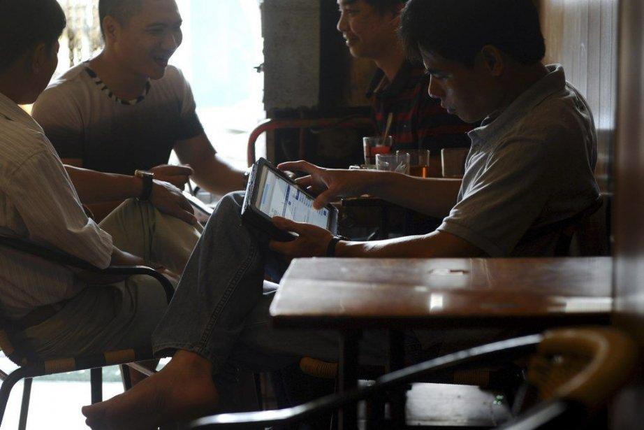 Un café à Hanoï.... (PHOTO HOANG DINH NAM, AFP)