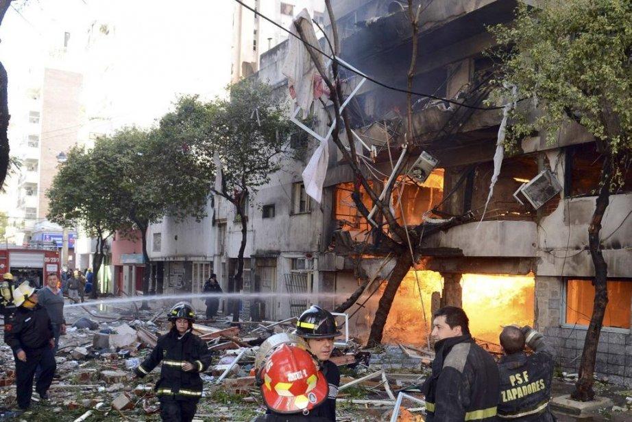 L'onde de choc de l'explosion a fait voler... (Photo Federico Fernandez, Reuters)