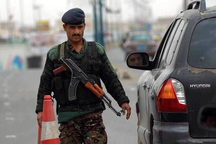 Unsoldat yéménite contrôle des voitures à l'aéroport de... (Photo: AFP)