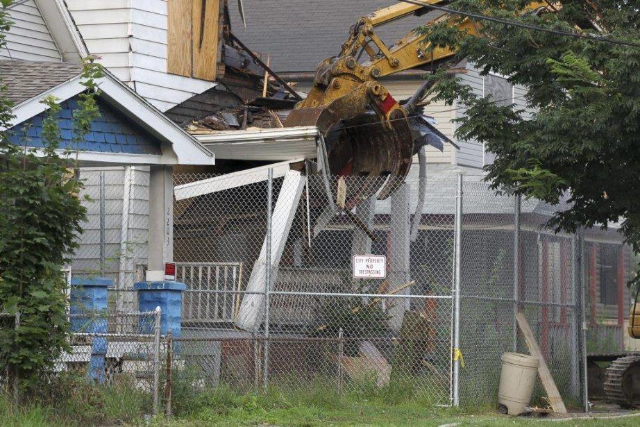 La maison d'Ariel Castro a été démolie, mercredi.... (Photo Marvin Fong, Associated Press)