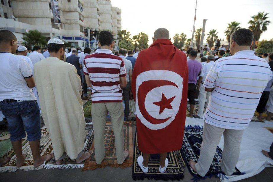 Certains manifestants effectuaient la prière de l'Aïd El-Fitr... (Photo Fethi Belaid, Agence France-Presse)