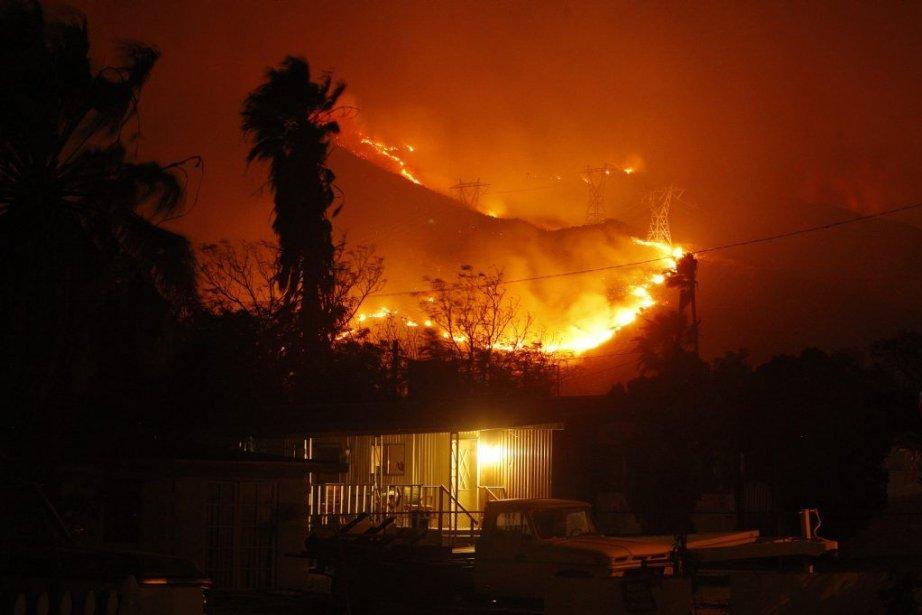 L'incendie, qui couvre plus de 23 kilomètres carrés,... (PHOTO DAVID MCNEW, REUTERS)