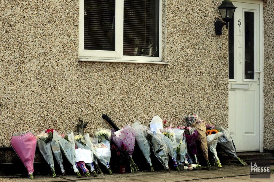 Des fleurs ont été déposées devant la maison... (Photo archives La Presse)
