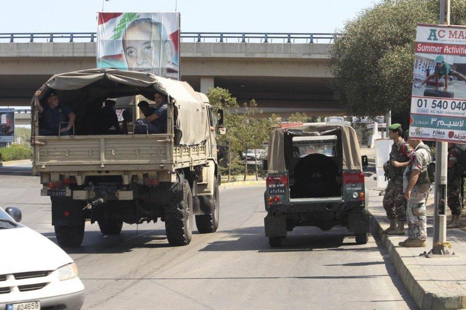 Des camions militaires sur la route de l'aéroport.... (PHOTO HASAN SHAABAN, REUTERS)