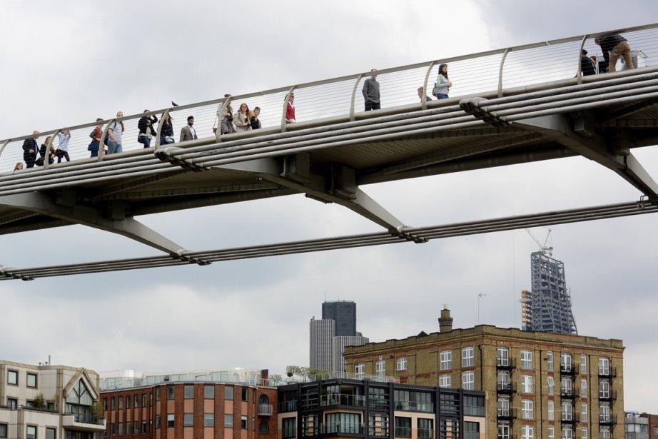 L'un des nombreux ponts croisés, le pont du Millénaire, inauguré en... 2002! Son ouverture a été retardéepour des raisons de sécurité. | 9 août 2013