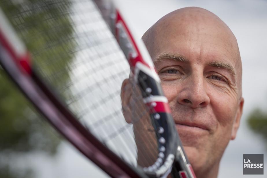 Yvon Gilbert est le cordeur officiel du tournoi... (Photo Olivier Pontbriand, La Presse)