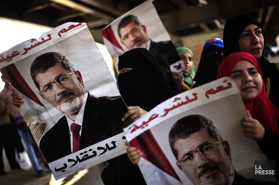 Des militants pro-Morsi.... (Photo GIANLUIGI GUERCIA, AFP)