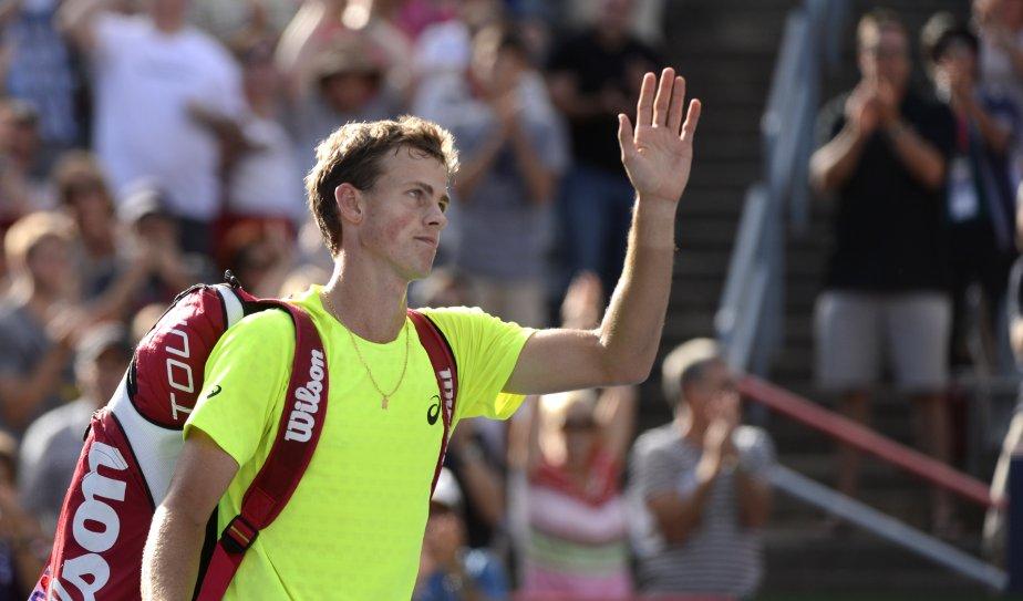 Vasek Pospisil salue la foule après sa défaite contre Milos Raonic. | 10 août 2013