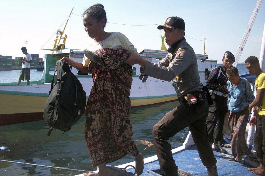 Les secours indonésiens s'efforçaient d'évacuer 2000 personnes qui... (Photo AP)