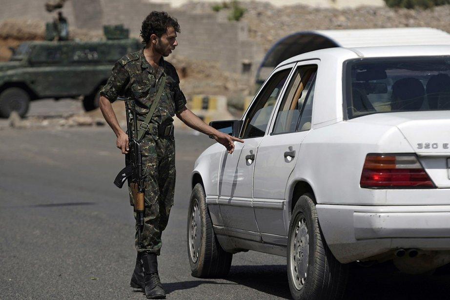 Un soldat contrôle une voiture au Yémen.... (PHOTO Hani Mohammed, ASSOCIATED PRESS)