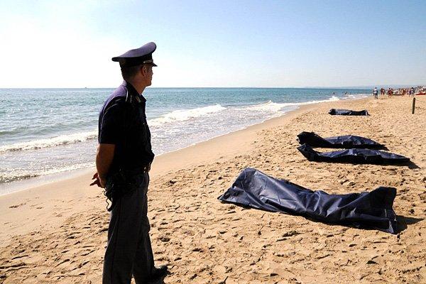Un policier surveille la plage où reposent les... (PHOTO DARIO AZZARO, AGENCE FRANCE PRESSE)