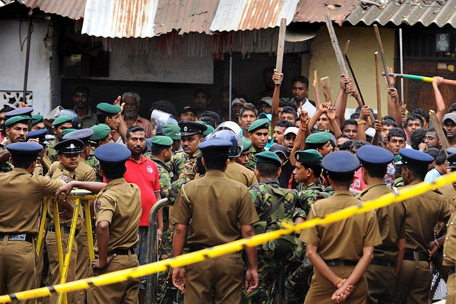 Des centaines de policiers antiémeutes restaient en alerte... (Photo Ishara S. KODIKARA, AGENCE FRANCE PRESSE)