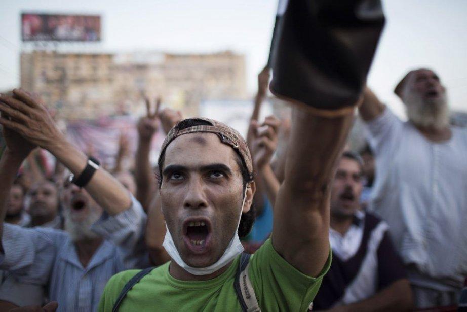 Des pro-Morsi manifestent leur support au gouvernement.... (PHOTO Manu Brabo, ASSOCIATED PRESS)