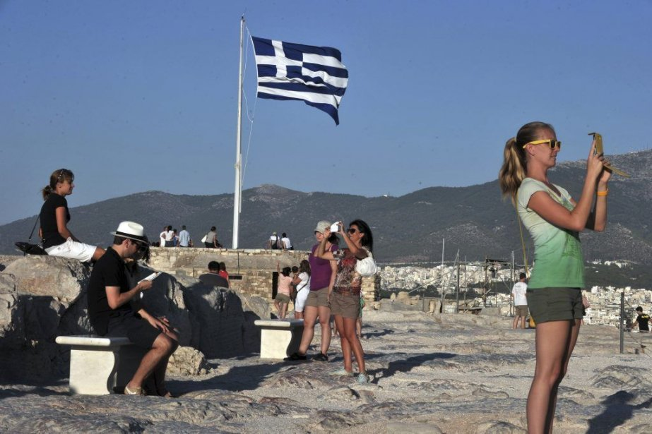 Des touristes visitent l'Acropole à Athènes le 11... (Photo AFP)
