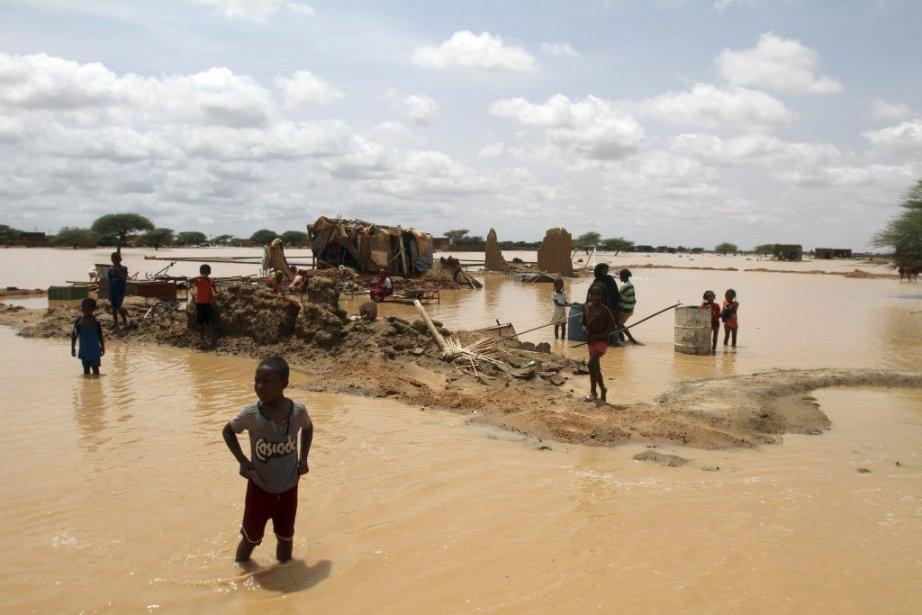 Des enfants près d'une maison inondée non loin... (Photo Ashraf Shazly, archives Agence France-Presse)