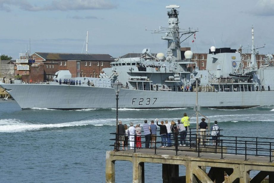 Le HMS Westminster se dirige vers Gibraltar au... (PHOTO Toby Melville, Reuters)