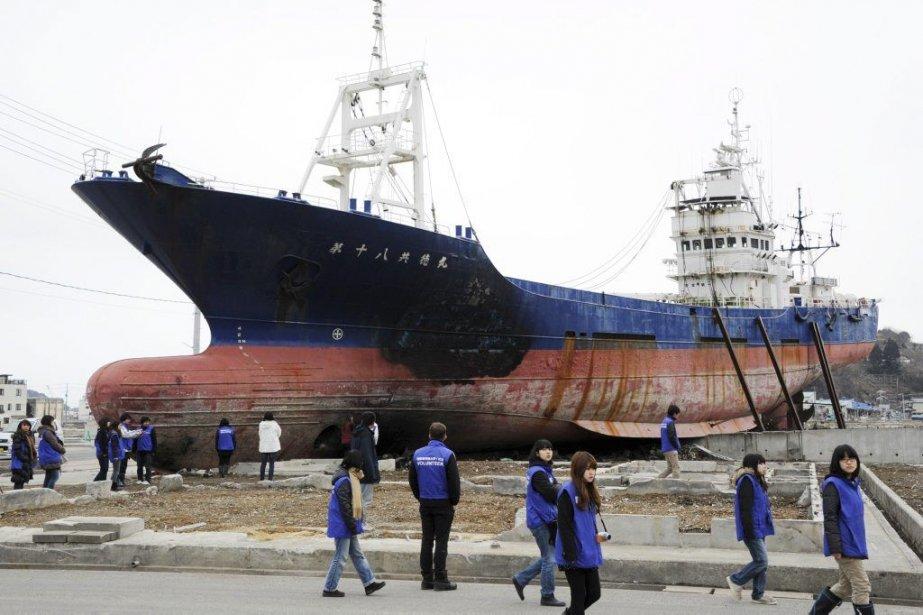 Échoué dans la ville, ce bateau de 60... (Photo Toshifumi Kitamura, Agence France-Presse)