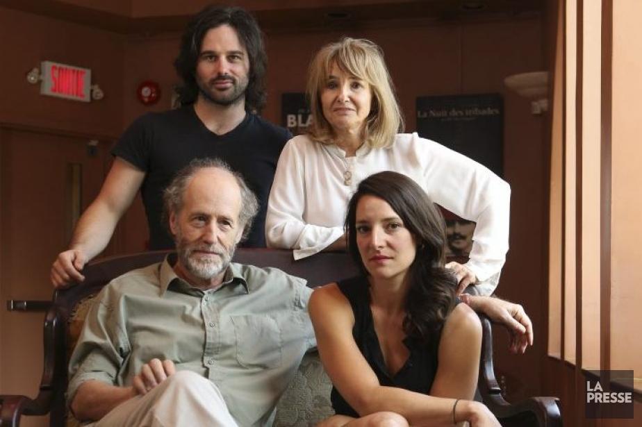 La directrice artistique Carmen Jolin (debout, à droite)... (Photo: Martin Chamberland, La Presse)