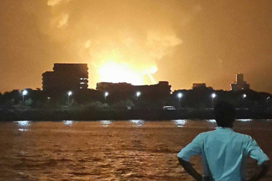 Le ciel embrasé par des flammes au-dessus du... (PHOTO VIKALP SHAH, REUTERS)