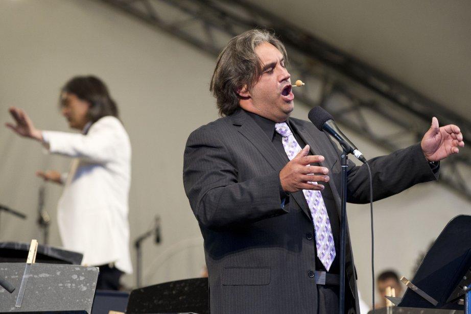 Marc Hervieux, l'animateur de la soirée, n'a pas hésité à faire participer le public, notamment en lui faisant chanter Let it Be des Beatles. | 14 août 2013