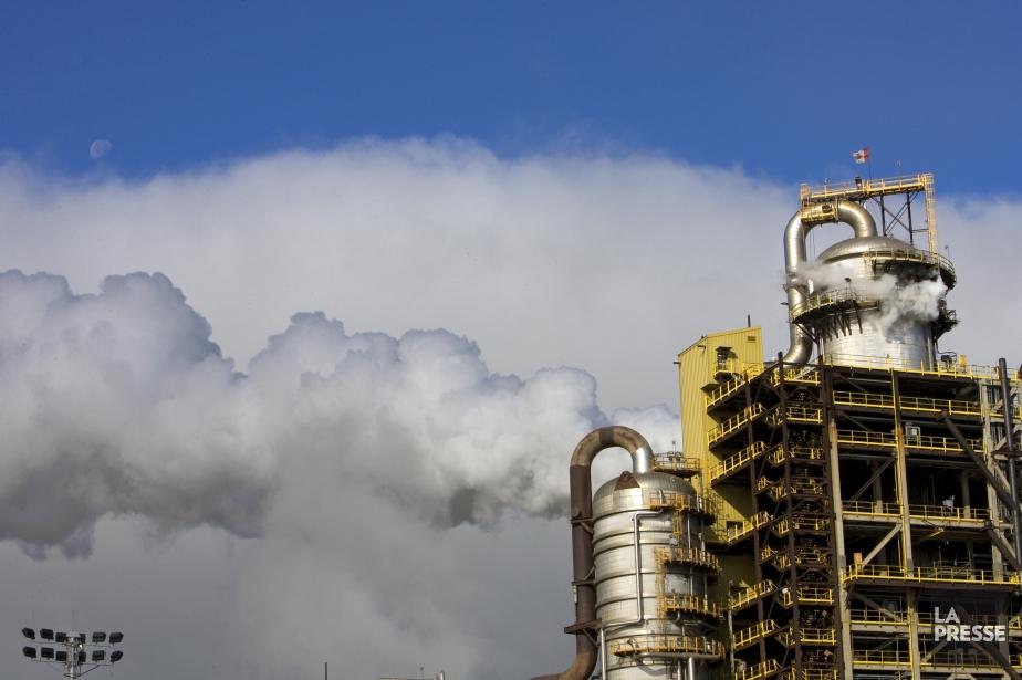 Des gaz s'échappant d'une usine pétrochimique en Alberta.... (Photo Alain Roberge, Archives La Voix de l'Est)