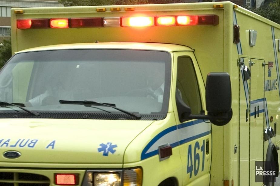 Les ambulanciers ont transporté la mère et le... (PHOTO ARCHIVES LE SOLEIL)